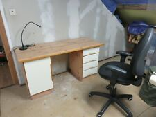 bureau et chaise et lampe