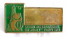 ANCIENNE PLAQUE METAL / BADGE / SALON INTERNATIONAL DU JOUET PARIS 1973