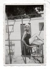 PHOTO - Vintage Snapshot - Femme Maillot de bain Bonnet Jambe - Vers 1940