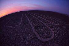 Lámina-líneas de Nazca al atardecer terreno vista (imagen Cartel Alienigenas ancestrales)