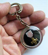 Ancien porte clé Médaile Militaire Régiment Croix de Guerre World War Années 60.