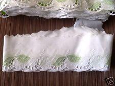 Spitze Stickereiband Lochstickerei  6 cm breit weiß mit grünen Blättern