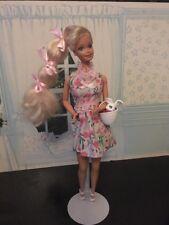 Barbie EASTER poupée avec Bunny dans panier Pretty