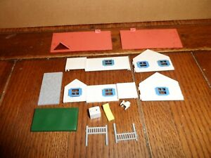 PLASTICVILLE HO SCALE RANCH HOUSE WITH PATIO AND FURNITURE  WHITE/PINK/BLUE