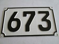 Hausnummer Nr. 673 schwarze Zahl auf weisser Hintergrund 19 cm x 11 cm aus Blech