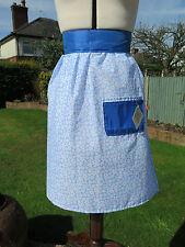 Tablier de fleur bleu Pinny Taille Années 1950 Style Rétro Fait à la main par rose vintage