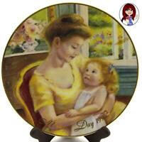 "AVON 22K GOLD Trimmed 1995 ""A Mothers Love"" Mothers Day Plate Mint Condition!"