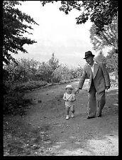 Homme chapeau + enfant main - Ancien négatif photo an. 1930