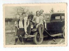 priv. Foto Kinder und Damen auf Motorhaube von altem Oldtimer, Mercedes, Opel ?