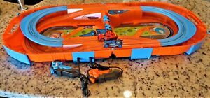 Hot Wheels Carrying Case Slot Car Race Track Set 1:64 Track 2 Cars 2 Controles