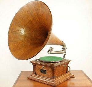 Victor III Phonograph Gramophone with Oak Horn