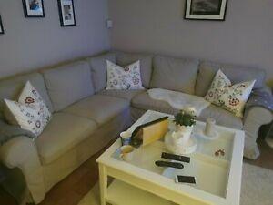 Ektorp sofa + Sessel mit doppelt Bezüge grau und hell beige