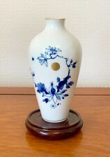ANTIQUE JAPANESE PATTERN MEISSEN VASE BLUE AND WHITE CROSSED SWORDS 7 INS TALL