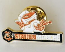 Station Marche Auto Car Shopping Mart Advertising Pin Badge Vintage (D11)