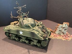 """21st CENTURY TOYS WWII """"U.S. M4 SHERMAN TANK"""" & 3 DAMAGED WALL PIECES - PREOWNED"""