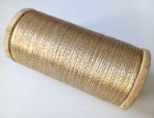 Ancienne grosse bobine en bois de fil métallisé or brillant création couture - 5