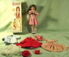 """ADORABLE SKIPPER"""" BRUNETTE""""BARBIE'S LITTE SISTER & PLUSIEURS VETEMENTS.ETAT NEUF"""