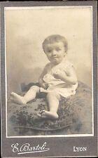 CDV bébé enfant assis sur coussin brodé E. Bartoli Lyon