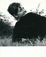 snapshot femme dos sourire herbe