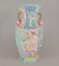 Vase en porcelaine de Chine à décor polychrome en relief 40 cm