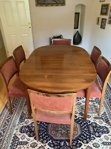Immaculate extendable rosewood dining table and chairs