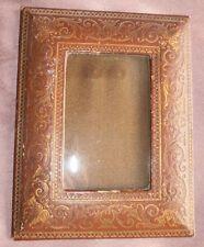 Cadre porte photos fin XIXème / début XXème en cuir à motifs de feuillages dorés