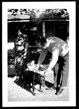VINTAGE PHOTOGRAPH 1940S WOMAN MAN LITTLE GIRL BLACK DOG PUPPY PUPPY OLD PHOTO