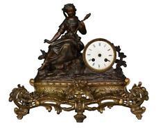 Pendule époque fin XIXème jeune femme assise en train de filer le coton