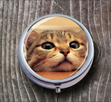 CAT FUNNY FACE ON TABLE PILL BOX ROUND METAL -lfg8Z