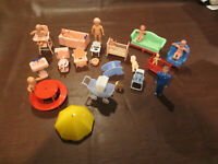VINTAGE 1950s 60s DOLL HOUSE TOY 27 PLASTIC FURNITURE PIECES & DOLLS RENWAL TOO