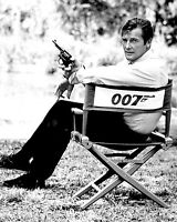 "ROGER MOORE ""JAMES BOND"" 007 - 8X10 PUBLICITY PHOTO (ZY-894)"