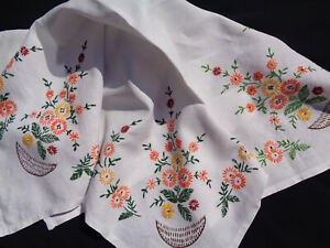 B'FUL VTG 30'S/40'S RICHLY HAND EMBROIDERED  SPRAY DAISY SMALL LINEN TABLECLOTH
