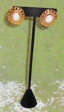 EARRINGS WITH A WHITE BEAD AND GOLD FRAME