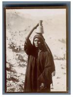 Egypte, Luxor (الأقصر), Femme portant une cruche sur sa tête  Vintage citrate pr
