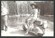 Gloria Paul su Vespa Piaggio - riproduzione moderna di foto d'epoca - cartolina