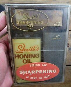 VINTAGE SMITHS KNIFE SHARPENING KIT W/ HARD & SOFT ARKANSAS STONE & FULL OIL CAN