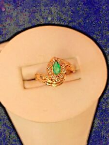 LADIES YELLOW-GOLD EMERALD AND DIAMOND RING.