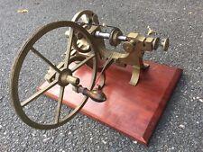 Un Muy Fino Antiguo Viejo Brass relojeros torno H & J Denton plisados con woodbase