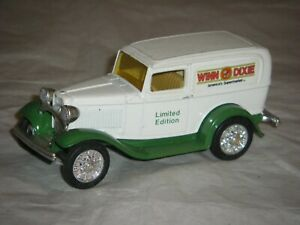 VINTAGE VEHICLES 1932 FORD RED PANEL DELIVERY  TRUCK> DIE-CAST METAL