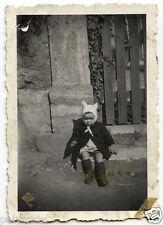 Enfant avec bonnet laine à oreilles - photo argentique ancienne an.1930