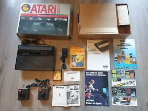 Atari 2600 Konsole Darth Vader + OVP + Inlay +  2 Original Controller + Pac Man