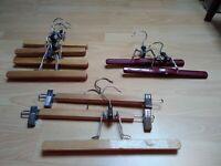 Lot de 9 cintres dont 7en bois et 2 métal