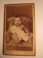 Magdeburg - auf einem Sessel sitzendes kleines Kind - Baby / CDV