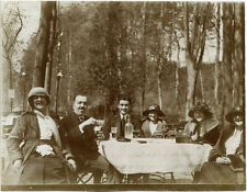 PEOPLE SITTING AT OUTDOOR TABLE  IN A RESTAURANT ORIGINAL 1910's SNAPSHOT PHOTO