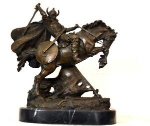 Bronzefigur Erich der Wikinger auf Marmorsockel mit Künstlersignatur