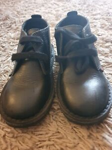 KICKERS YOUNG BOYS SIZE 26 (8.5?)