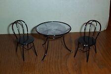 wunderschöner runder Tisch mit 2 Stühlen Metall 1:12 Miniatur Puppenhaus