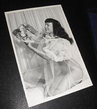 BETTIE PAGE Queen of Burlesque Erotik Postkarte Akt NUDE Dessous Babydoll Studio