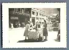 France, Chamonix, Scène de rue  Vintage silver print.  Tirage argentique  7x