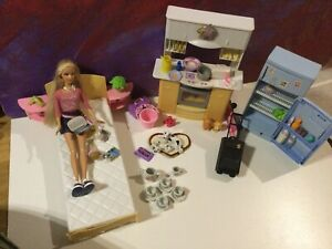Barbie mit Schlafzimmer Bett Home Office Küche Kühlschrank Zubehör Hunde